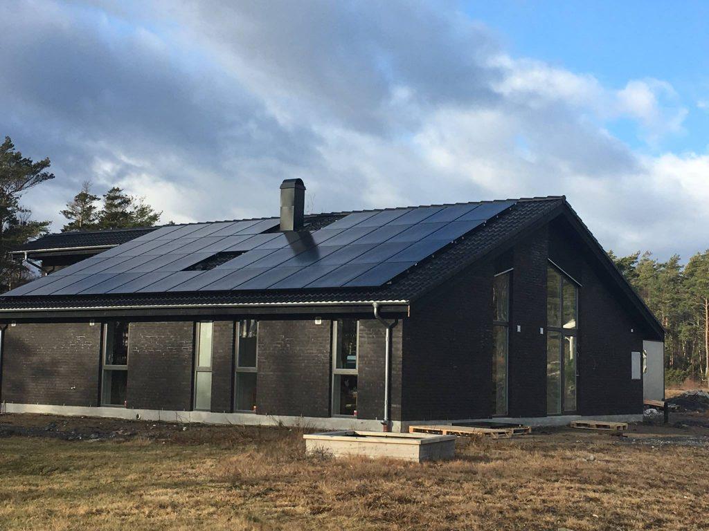 Bua solpaneler på villa