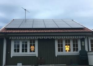 Solpaneler på villa i Åsa