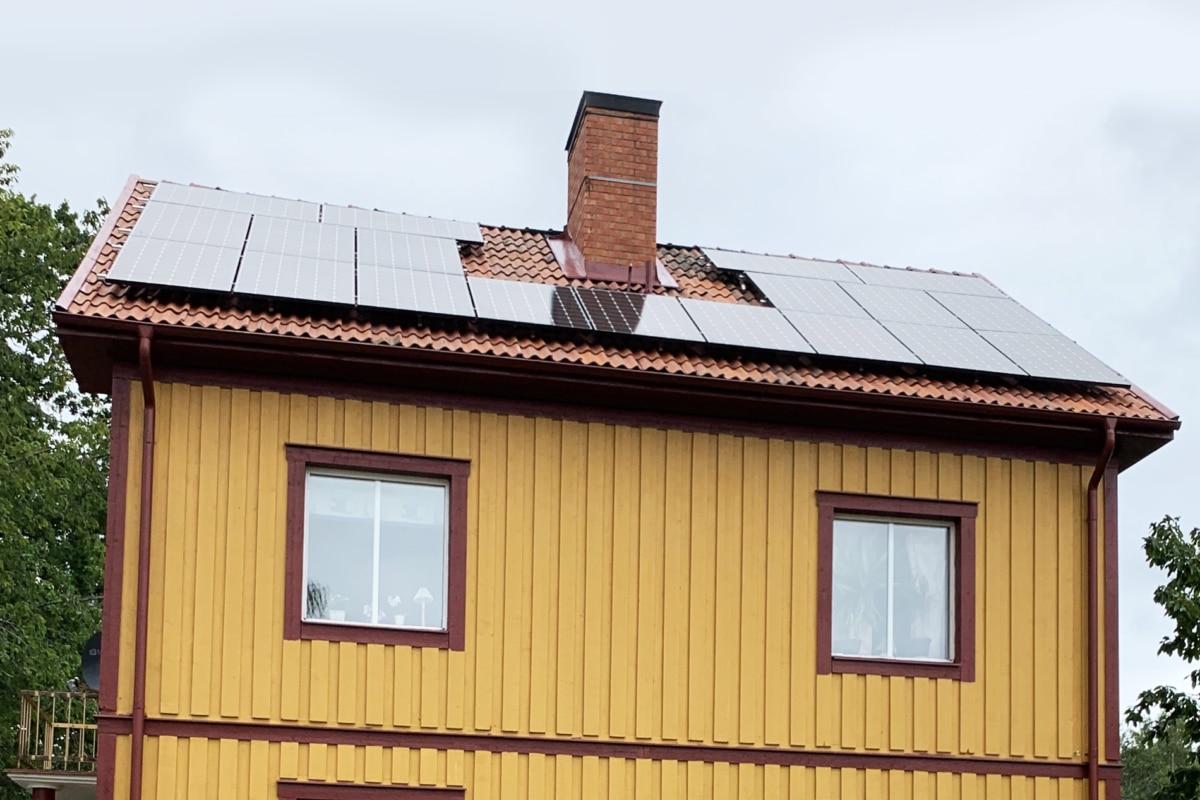 Gult hus med solpaneler