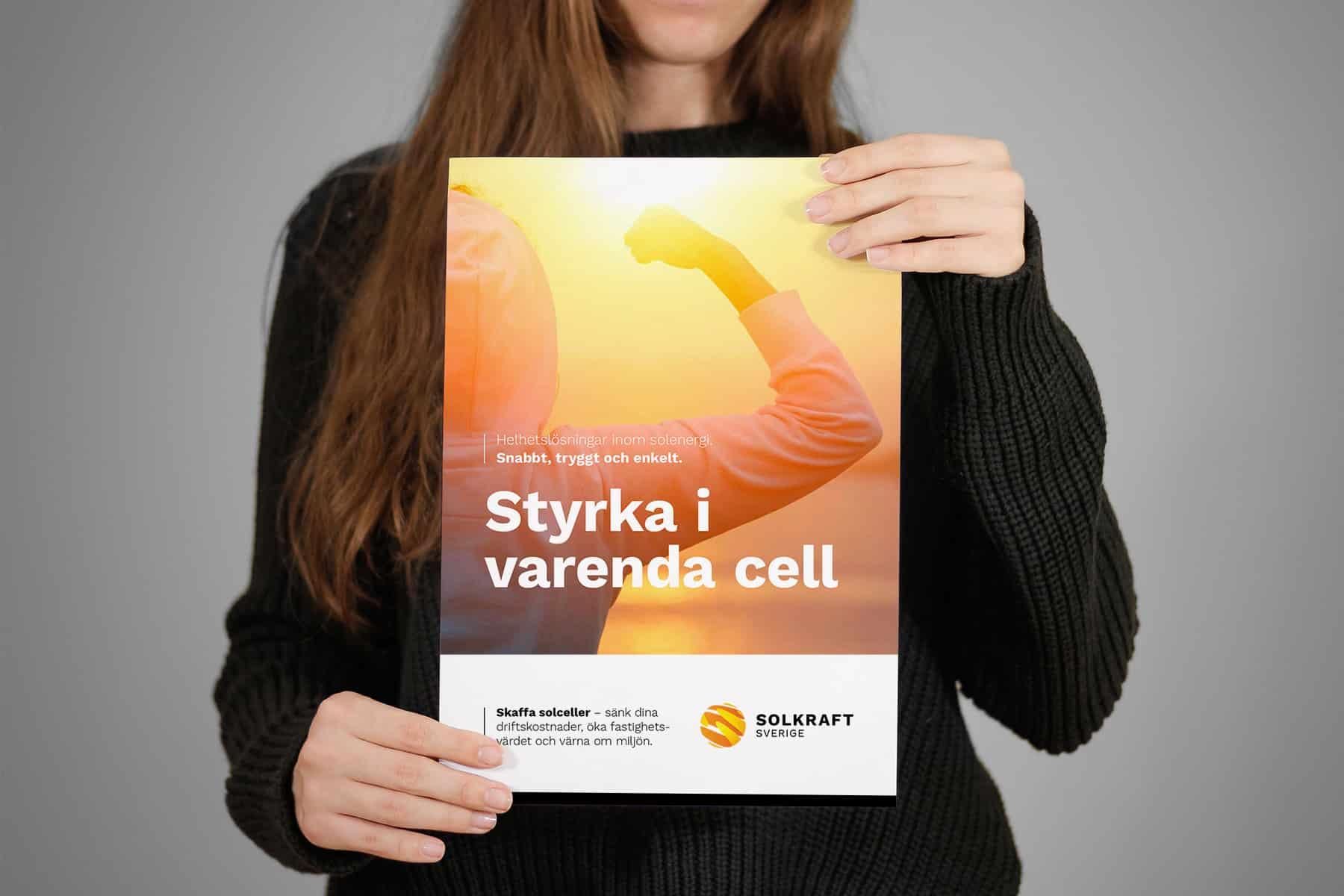 Säljare med Solkrafts broschyr