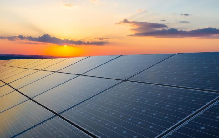 Solceller i solnedgång