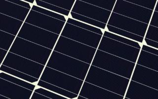 Närbild som visar del av en solcellspanel baserad på half cell-teknik