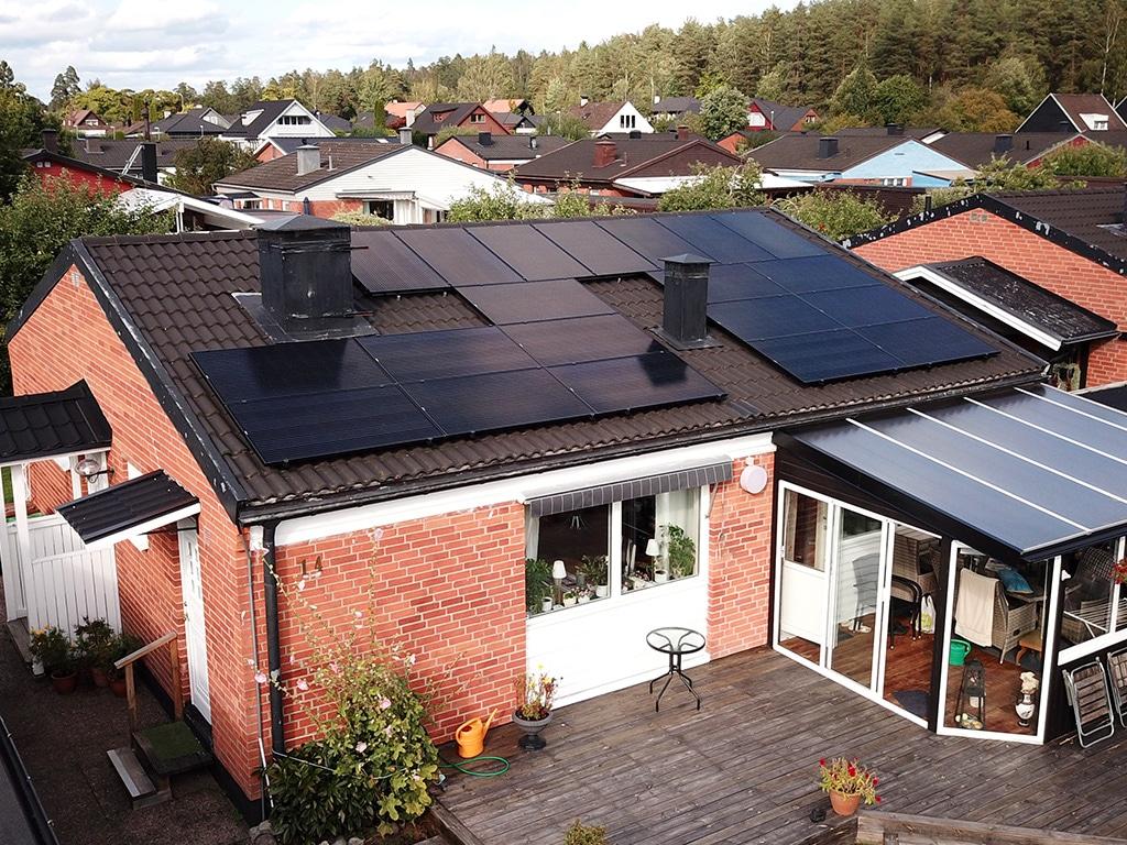 Solpaneler på villa i Köping